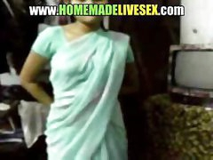 Amateur Indian girl in her saree strips down to receive fucked